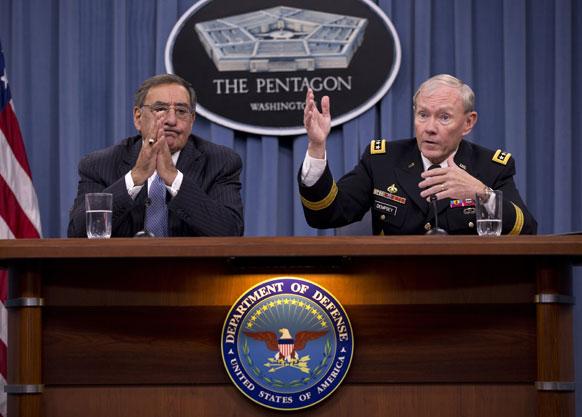 अमेरिका के रक्षा मंत्री लियोन पेनेटा एक प्रेस कॉन्फ्रेंस में संबोधित करते हुए।
