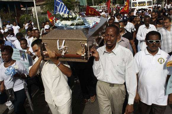 शवयात्रा का दृश्य जहां पनामा में 10 लोग मारे गए थे।