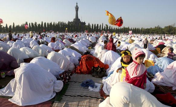 इंडोनेशिया में ईद-उल-अजहा का नमाज अदा करते मुस्लिम समुदाय के लोग।