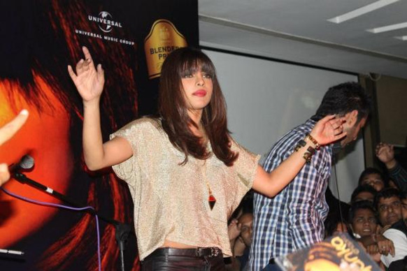 दिल्ली के स्ट्राइकर क्लब में डीजे के रूप में अभिनेत्री प्रियंका चोपड़ा।