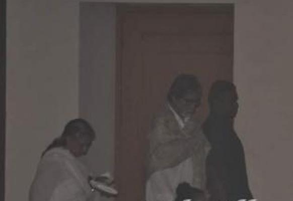 फिल्मकार यश चोपड़ा के चौथा में शरीक होने पहुंचे अमिताभ बच्चन एवं जया बच्चन।