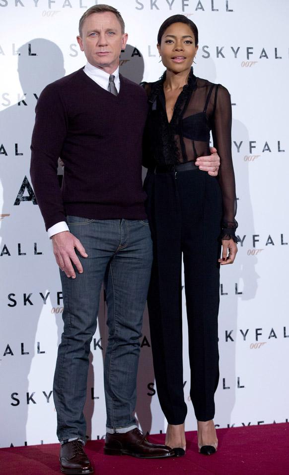 रोम में फिल्म 'स्काईफॉल' के लिए तस्वीरें खिंचाते अभिनेता डेनियल क्रेग और अभिनेत्री नाओमी हैरिस।
