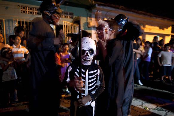 निकारगुआ में एक समारोह में शिरकत करते स्थानीय लोग।