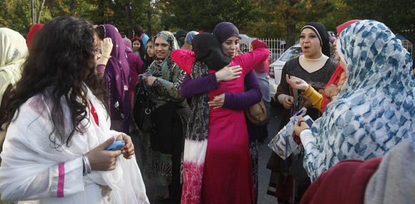 न्यूयार्क में एक दूसरे को ईद की बधाई देतीं मुस्लिम महिलाएं।