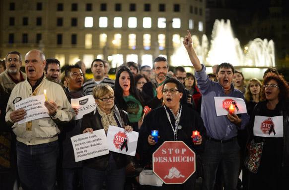स्पेन के बार्सिलोना में विरोध-प्रदर्शन करते लोग।
