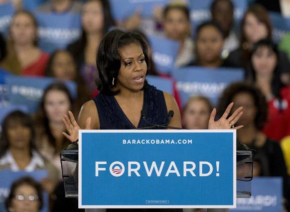 लॉस वेगास में चुनाव-प्रचार के दौरान लोगों से मुखातिब अमेरिका की प्रथम महिला मिशेल ओबामा।