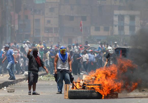 लीमा में शहर के प्रशासन के खिलाफ प्रदर्शन करते लोग।