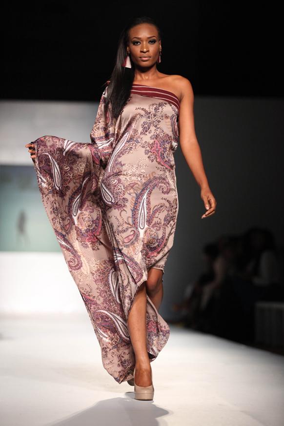 नाइजीरिया के लागोस में एमटीएन फैशन वीक के दौरान डिजाइनर बेल्ले डू जोर का क्रिएशन पेश करती मॉडल।