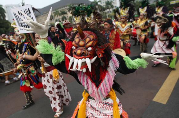 जकार्ता में पारंपरिक डांस करते स्थानीय लोग।