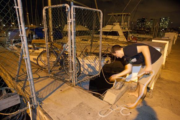 होनोलुलु में सुनामी की चेतावनी के बाद सर्तक होते लोग।