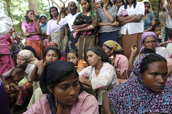 पश्चिम मयांमार के रकीन प्रदेश में एक शरणार्थी शिविर में मुस्लिम महिलाएं।
