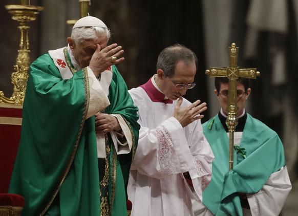 वेटिकन में सेंट पीटर बसिलिका में एक समारोह में पोप बैंडिक्ट XVI