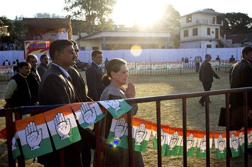 हिमाचल प्रदेश के कांगड़ा में एक चुनावी रैली के दौरान समर्थकों का अभिवादन करती हुईं कांग्रेस अध्यक्ष सोनिया गांधी। राज्य में 4 नवंबर को मतदान है।