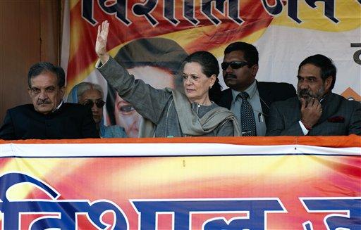 हिमाचल प्रदेश के कांगड़ा में एक चुनावी रैली में संबोधन से पहले समर्थकों का हाथ हिलाकर अभिवादन करती हुईं कांग्रेस अध्यक्ष सोनिया गांधी।