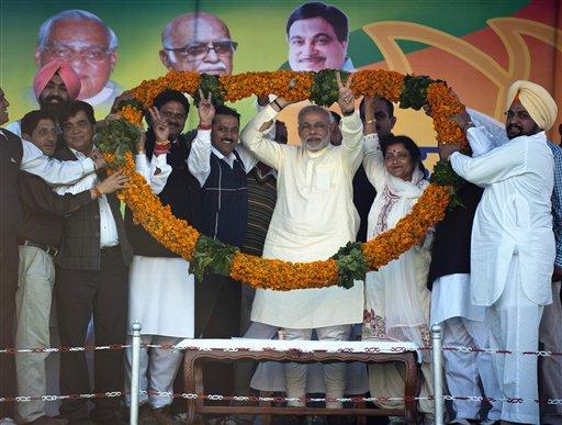 हिमाचल प्रदेश के कांगड़ा में एक चुनाव रैली के दौरान गुजरात के मुख्यमंत्री नरेंद्र मोदी को फूलों की माला पहनाकर स्वागत करते हुए सूबे के भाजपा नेता।