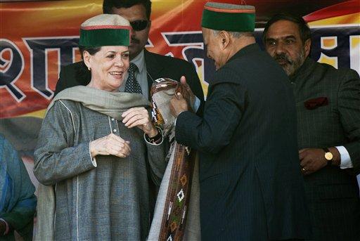 हिमाचल प्रदेश के कांगड़ा में एक चुनाव रैली के दौरान कांग्रेस अध्यक्ष सोनिया गांधी को पारंपरिक टोपी और शॉल भेंट करते हुए पूर्व मुख्यमंत्री वीरभद्र सिंह।