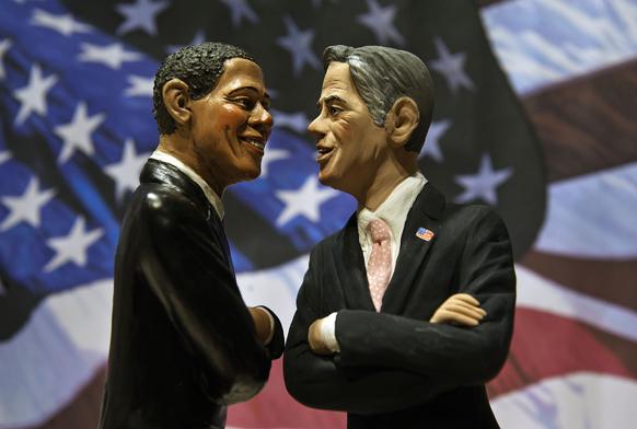 बराक ओबामा और मिट रोमनी की प्रतिमा।