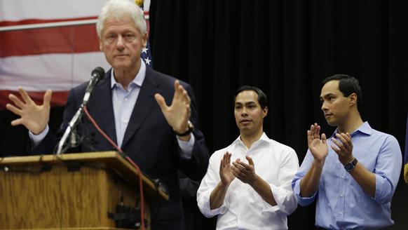 अमेरिका के पूर्व राष्ट्रपति बिल क्लिंटन बराक ओबामा के समर्थन में चुनाव प्रचार करते हुए।