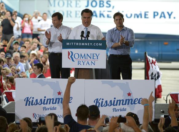 अमेरिकी राष्ट्रपति चुनाव 2012 में रिपब्लिकन उम्मीदवार मिट रोमनी चुनाव प्रचार के दौरान लोगों को संबोधित करते हुए।