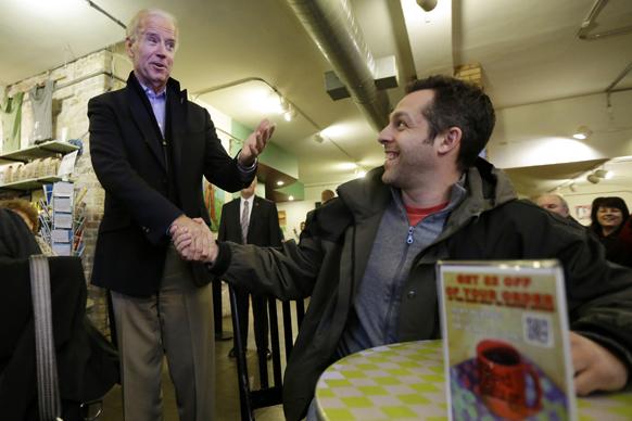 उप राष्ट्रपति जो बेडेन रेड मग कॉफी शॉप में ग्राहकों से हाथ मिलते हुए।