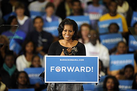 अमेरिका की प्रथम महिला मिशेल ओबामा हैम्पटन विश्वविद्यालय में अपने पति बराक ओबामा के समर्थन में प्रचार करती हुईं।