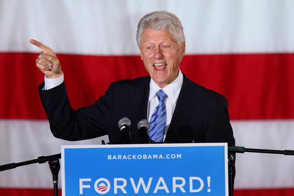 पूर्व अमेरिकी राष्ट्रपति बिल क्लिंटन बराक ओबामा के समर्थन में चुनाव प्रचार करते हुए।