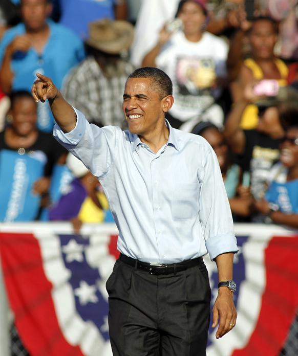अमेरिकी राष्ट्रपति बराक ओबामा चुनाव प्रचार के दौरान हॉलीवुड के एमसी आर्थर हाई स्कूल में लोगों को संबोधित करते हुए।