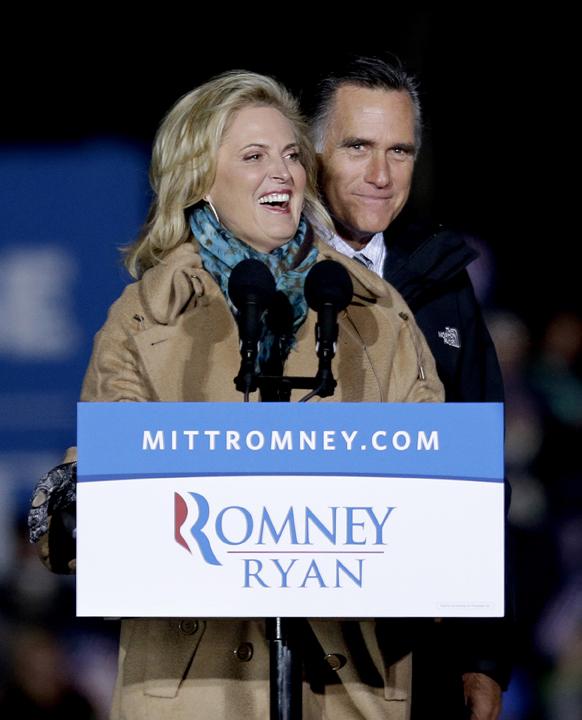 अमेरिकी राष्ट्रपति चुनाव: रिपब्लिकन उम्मीदवार मिट रोमनी अपनी पत्नी एनी के साथ चुनाव प्रचार के दौरान।