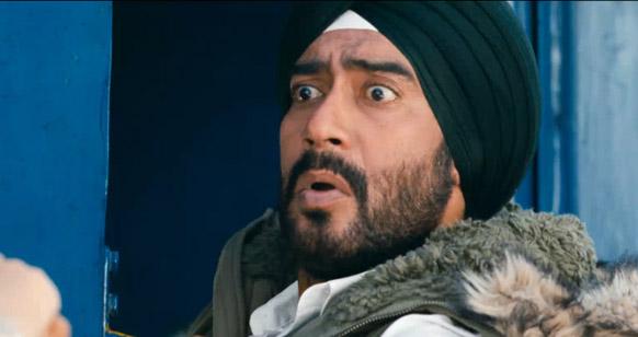 इस फिल्म के एक दृश्य में मजाकिया अंदाज में नजर आते अजय देवगन।