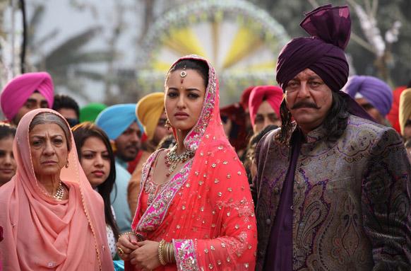 इस फिल्म के एक गाने के फिल्मांकन में सोनाक्षी सिन्हा और संजय दत्त।