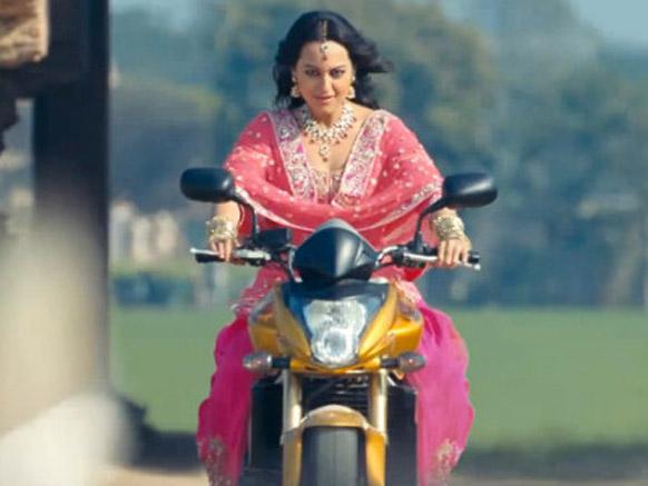 इस फिल्म के एक दृश्य में अजय देवगन से बाइक चलाने का गुर सीखते हुए सोनाक्षी सिन्हा।