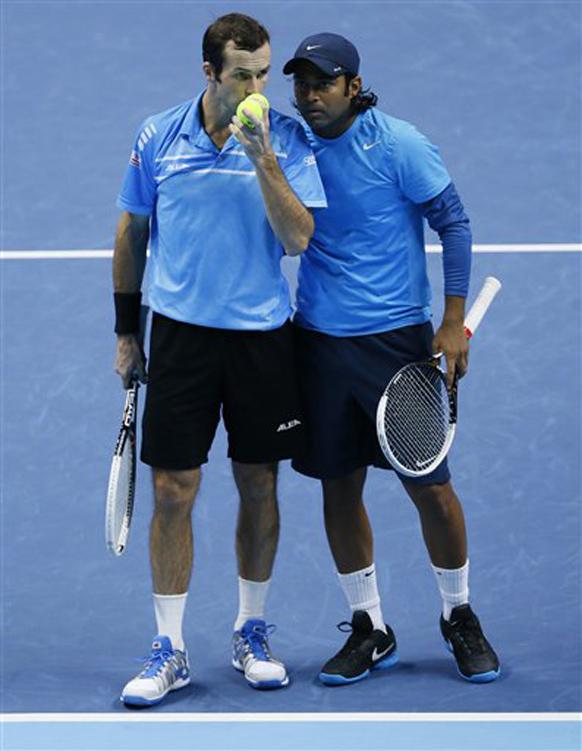 लंदन में ATP टेनिस के दौरान लिएंडर पेस और खिलाड़ी राडेक स्टेपनेक से बातचीत करते हुए।