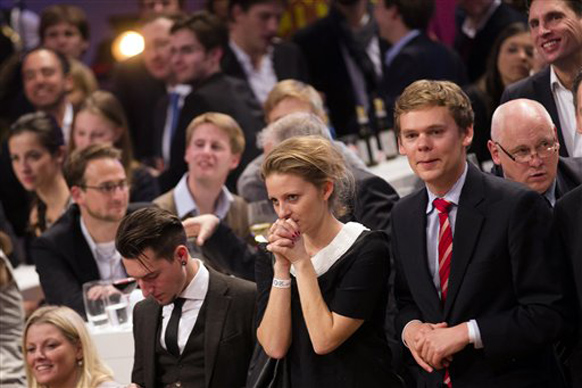 बर्लिन में अमेरिकी राष्ट्रपति चुनाव के टीवी प्रसारण पर नजर गड़ाए लोग।