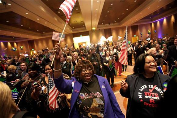 डेट्रोट में अमेरिकी झंडे के साथ जुटे ओबामा के समर्थक।