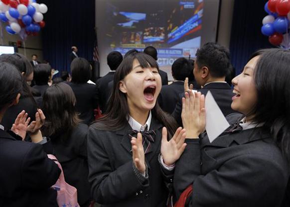 टोक्यो में एक जापानी स्कूल के बच्चे ओबामा के जीतने की खुशी को सेलिब्रेट करते हुए।