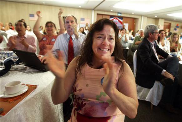 सिंगापुर में ओबामा की जीत पर उत्साहित होती उनकी एक समर्थक।