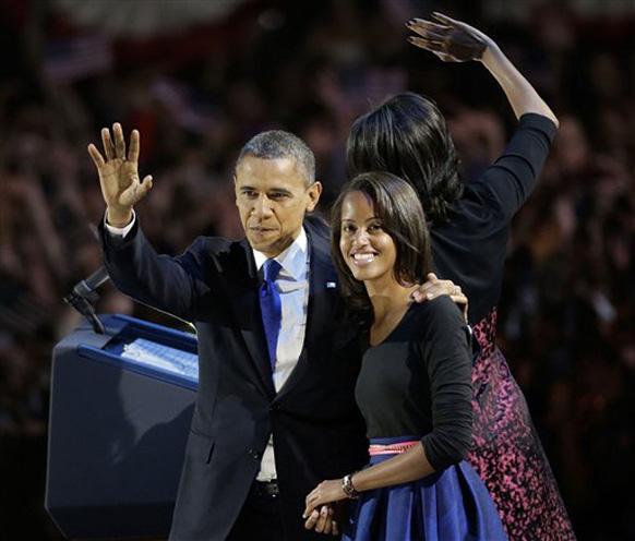 शिकागो में अपनी बेटी मलिया के साथ जनता का अभिवादन करते अमेरिकी राष्ट्रपति बराक ओबामा।