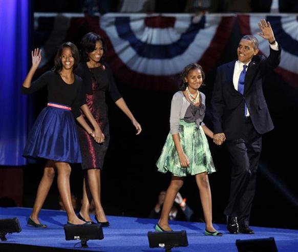 शिकागो में जीत के बाद उत्साहित अपने परिवार के साथ बराक ओबामा।