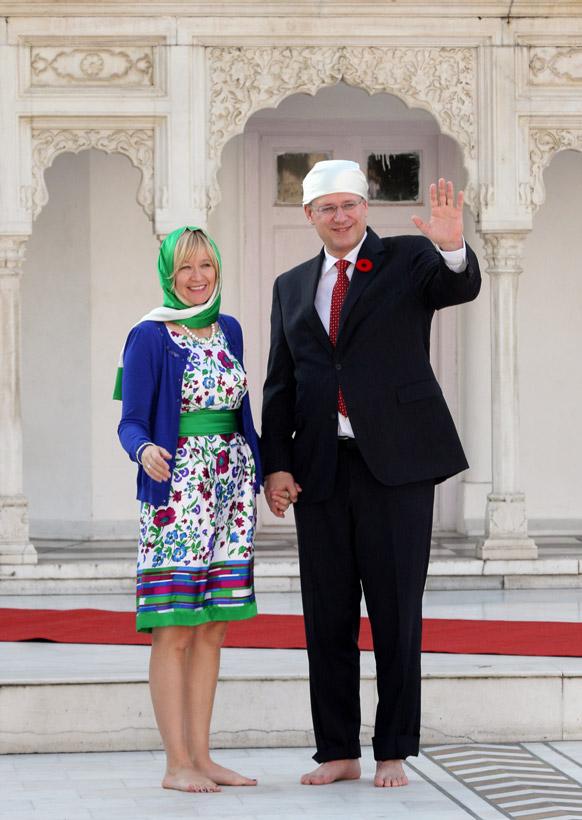 कनाडा के पीएम स्टीफन हार्पर और उनकी पत्नी लौरीन हार्पर पंजाब के सिख मंदिर में।