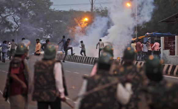 हैदराबाद में एक छात्र की मौत के बाद भड़की हिंसा को नियंत्रित करने की कोशिश करती पुलिस।