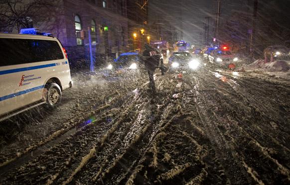 न्यूयार्क में भारी बर्फबारी का एक दृश्य।