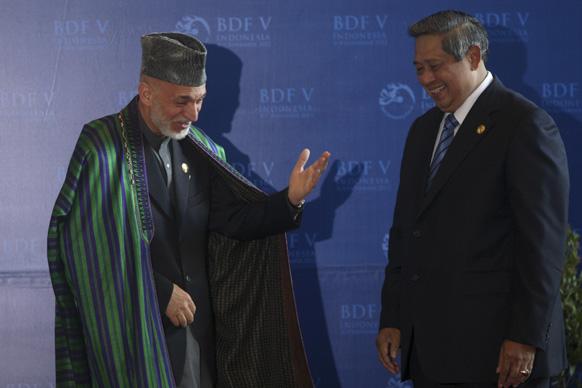 इंडोनेशिया के पीएम सुसिलो बमबांग ने आफगानिस्तानी राष्ट्रपति हामिद करजई का अपने देश के दौरे पर स्वागत किया।
