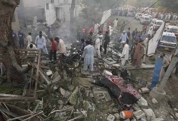 कराची में बम विस्फोट के बाद राहत औब बचाव कार्य में जुटे लोग।