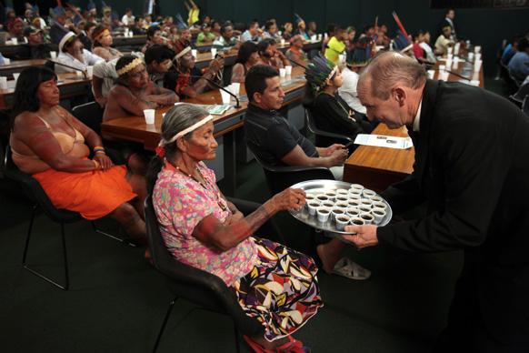 ब्राजील में मानवाधिकार आयोग की ओर से आयोजित एक कार्यक्रम में एक भारतीय महिला को कॉफी सर्व करता हुए वेटर।