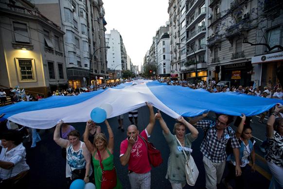 अर्जेंटीना के ब्यूनस आयर्स में सरकार के खिलाफ विरोध जताते हुए प्रदर्शनकारी।
