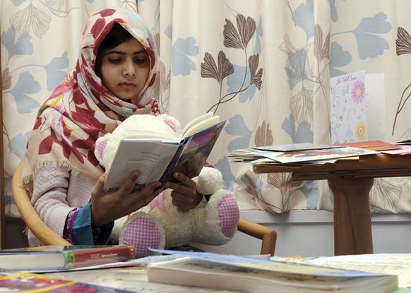 बर्मिंघम में क्वीन एलिजाबेथ अस्पताल की ओर से जारी की गई मलाला युसूफजई की एक फोटो।