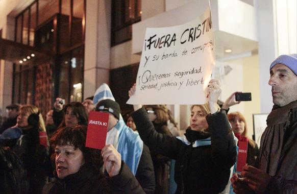 न्यूयॉर्क में अर्जेंटीना कॉन्सुलेट के परिसर के बाहर विरोध जताते हुए प्रदर्शनकारी।
