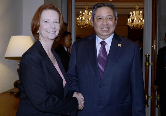 इंडोनेशिया के बाली में ऑस्ट्रेलिया प्रधानमंत्री जूलिया गिलार्ड से हाथ मिलाते हुए राष्ट्रपति सुसीलो बमबांग युधोयोनो।