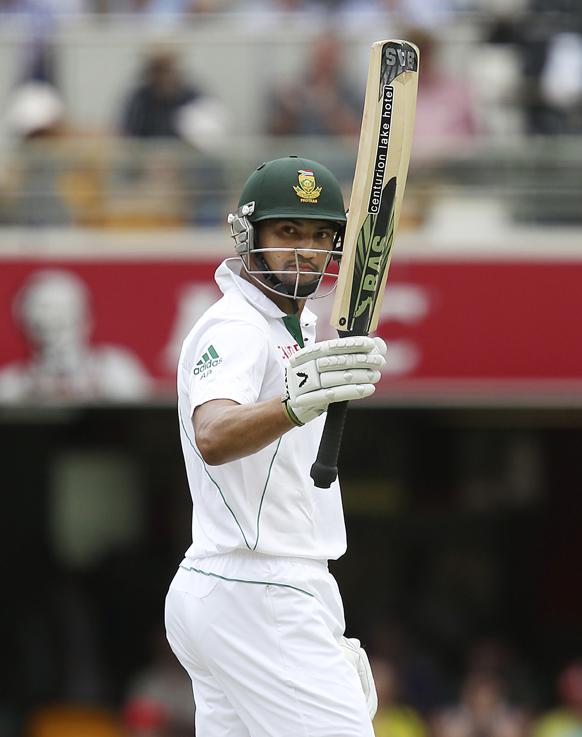ऑस्ट्रेलिया के ब्रिसबेन में द. अफ्रीका और ऑस्ट्रेलिया के बीच पहले टेस्ट मैच में अर्द्धशतक बनाने के बाद दर्शकों का अभिवादन करते हुए अल्वीरो पीटरसन।
