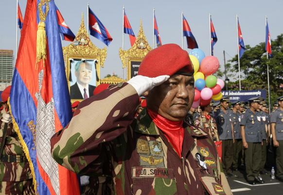कंबोडिया में 59वीं स्वतंत्रता दिवस के मौके पर एक समारोह में सैल्यूट करता हुआ एक सैनिक।